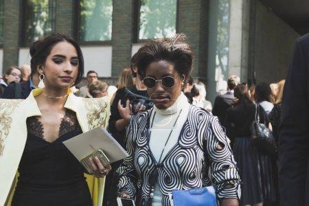 Photo pour Milan, Italie - 22 septembre: Des femmes à la mode posent extérieure Armani défilé pendant Fashion Week féminin Milan sur 22 septembre 2017 à Milan. - image libre de droit