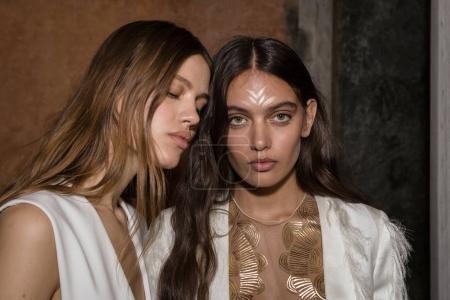 Photo pour Milan, Italie - 21 septembre: Magnifiques modèles poser dans les coulisses juste avant Genny montrent pendant Fashion Week féminin Milan sur 21 septembre 2017 à Milan. - image libre de droit