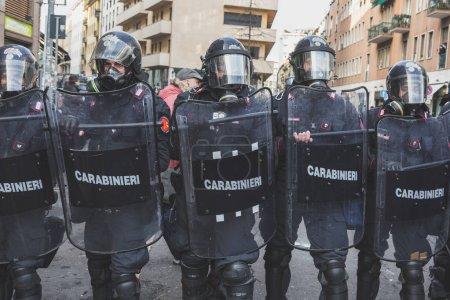 La police anti-émeute confronte des militants à Milan, Italie