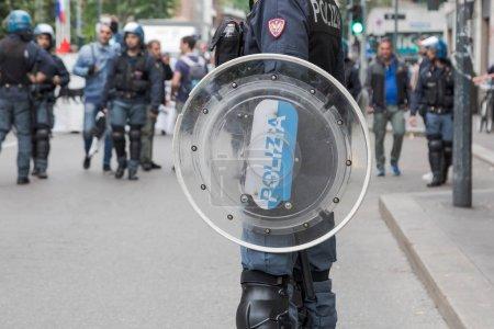 Police anti-émeute lors d'une manifestation à Milan, Italie