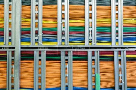 Photo pour Un grand groupe de câbles réseau traversant un immeuble de bureaux . - image libre de droit