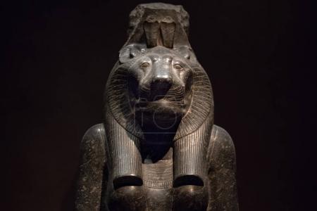 Photo pour Sekhmet lion godddes dieux égyptiens morts religion symbole statue de Pierre isolée sur fond noir - image libre de droit