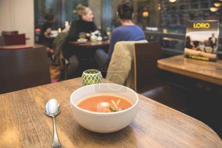 Photo pour Bol de soupe aux tomates santé - image libre de droit
