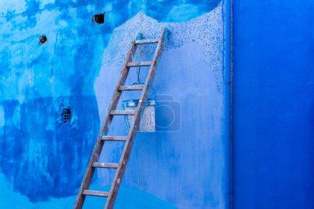 Photo pour Différentes teintes de bleu sur les murs à Chefchaouen, Maroc - image libre de droit