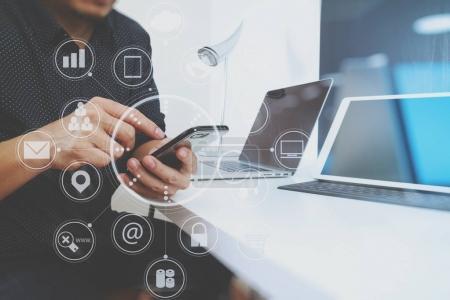 Photo pour Homme d'affaires travaillant avec téléphone intelligent et tablette numérique et ordinateur portable dans un bureau moderne avec graphique icône vitale et graphique - image libre de droit