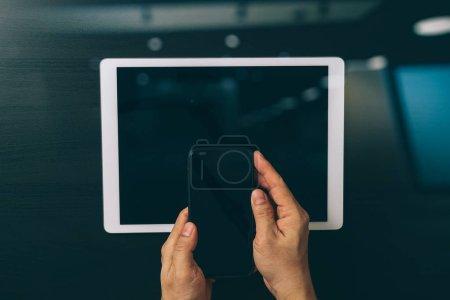 Foto de Concepto de internet y las redes de seguridad de Cyber. Mano de hombre de negocios trabajando con Vr icono de candado de pantalla en el teléfono móvil y tableta digital - Imagen libre de derechos
