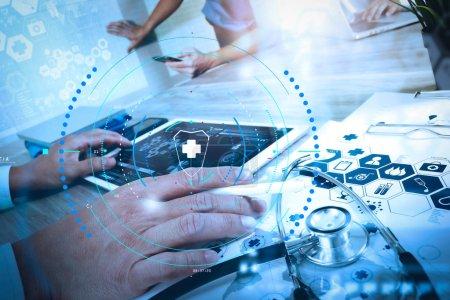 Photo pour Soins de santé et services médicaux avec diagramme circulaire AR Médecin main de travail avec ordinateur moderne et tablette numérique pro avec son équipe avec diagramme médical numérique sur bureau en bois comme concept médical - image libre de droit