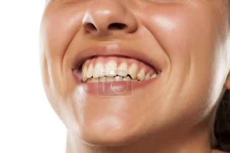 Photo pour Jeune femme souriante avec de belles dents - image libre de droit