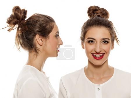 Photo pour Vue latérale et frontale d'une jeune femme avec un chignon lâche sur fond blanc - image libre de droit
