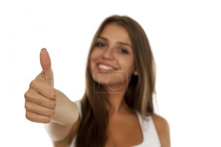 Photo pour Jeune belle femme montrant pouce vers le haut - image libre de droit
