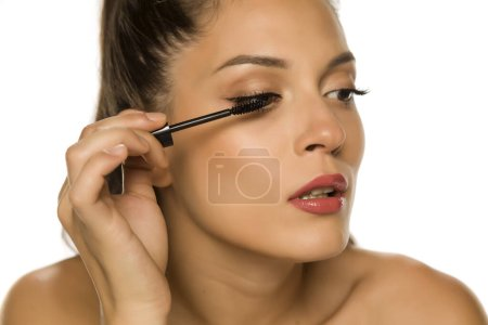 Photo pour Femme en appliquant le mascara sur ses cils - image libre de droit