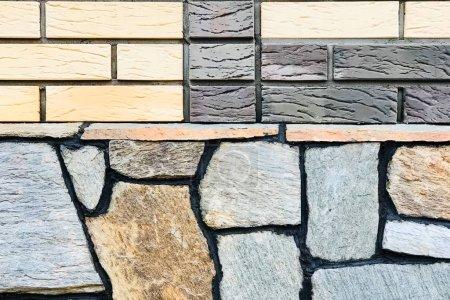 Photo pour Le sous-sol bordé de la maison est une pierre sauvage plate . - image libre de droit