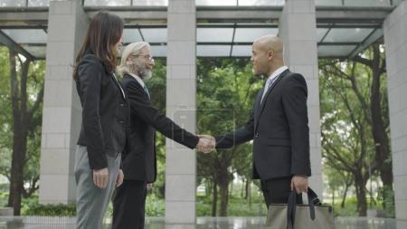 Foto de Empresarios corporativos estrechando la mano en el vestíbulo del moderno edificio de oficinas . - Imagen libre de derechos