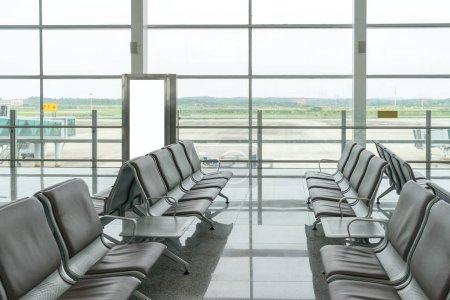 Photo pour Banc dans la airport.interior de pudong de shanghai de l'aéroport. - image libre de droit