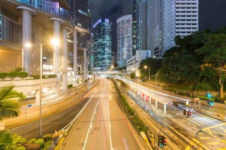 Photo pour Ville de Hong kong dans la nuit - image libre de droit