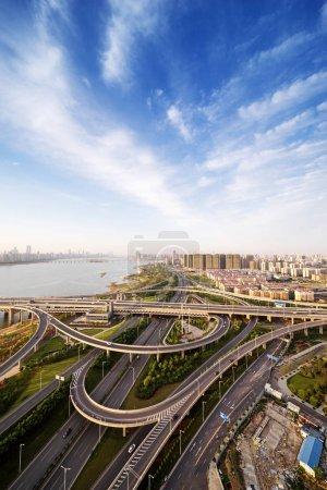 Photo pour Échangeur des autoroutes ville à shanghai sur l'heure de pointe de trafic - image libre de droit