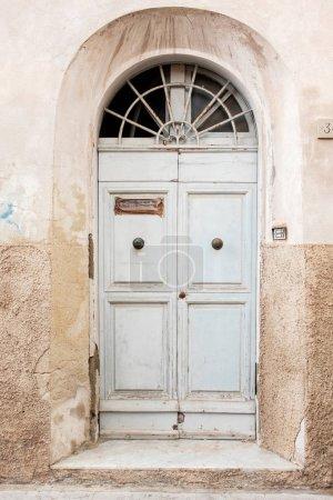 Photo pour Une ancienne porte en bois en Italie. Tour en Italie - image libre de droit