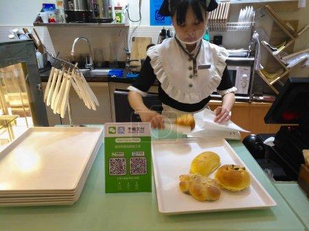 Photo pour Zhongshan, Chine-août 26, 2017: vous achetez du pain avec paiement via le code Qr code Wechat ou Alipay.Qr pour transfert de paiement et de l'argent devient très populaire en Chine et communs. - image libre de droit