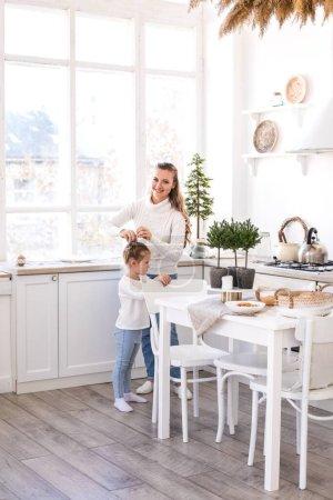 Madre e hija pasando tiempo juntas en la cocina .