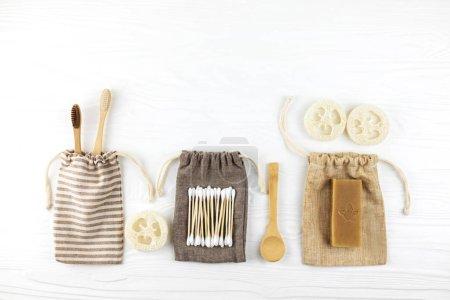 Photo pour Ensemble d'accessoires de salle de bain éco naturels sur fond blanc en bois. Concept zéro déchet. Plastique libre. Style de pose plat . - image libre de droit