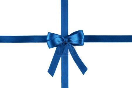 Photo pour Ruban de soie bleue brillante isolée sur fond blanc. Concept festif. Poser de plat. - image libre de droit