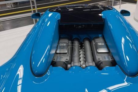 Двигатель Бугатти Вейрон на дисплее