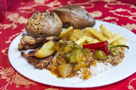 Photo pour Aliments traditionnels turcs avec pain à grains entiers et frites - image libre de droit