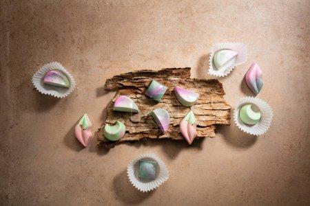 Photo pour Collection de bonbons au chocolat sur écorce en bois - image libre de droit