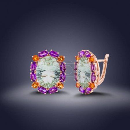 Photo pour Ensemble de boucles d'oreilles or avec diamant blanc rond au milieu et avec des pierres précieuses sur les contours pour le don - image libre de droit