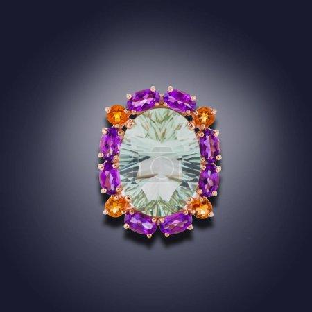 Photo pour Boucle d'oreille or avec diamant blanc rond au milieu et le long des contours des gemmes - image libre de droit