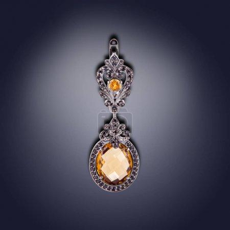 Photo pour Boucle d'oreille de forme ovale avec orange pour les femmes - image libre de droit