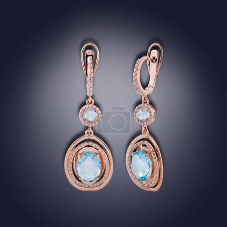 Photo pour Ensemble de boucles d'oreilles de forme ronde avec cristal turquoise pour femme - image libre de droit