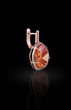 Photo pour Boucle d'oreille or avec diamant rond et de strass le long des contours - image libre de droit