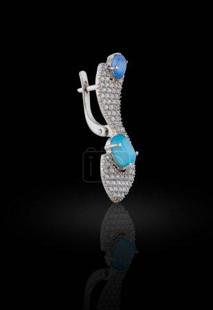 Photo pour Boucle d'oreille couverte d'émail avec strass et cristaux de couleur bleue pour les filles - image libre de droit