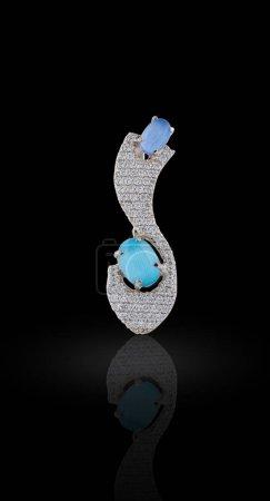 Photo pour Boucle d'oreille couverte d'émail avec strass et cristaux de couleur bleue - image libre de droit