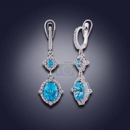 Photo pour Ensemble de boucles d'oreilles avec strass et amazonites bleus sont recouvertes d'émail - image libre de droit