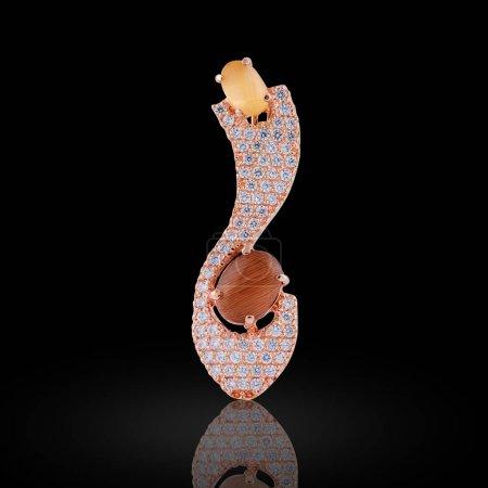 Photo pour Boucle d'oreille couverte d'émail avec strass et ambre pour femme - image libre de droit
