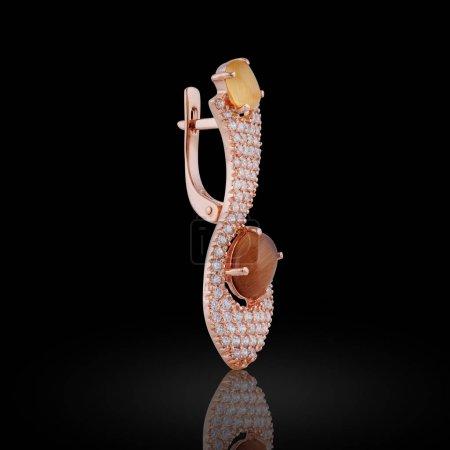 Photo pour Boucle d'oreille couverte d'émail avec strass et cristaux de couleur orange pour les filles - image libre de droit