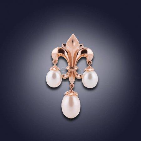 Photo pour La mode boucle d'oreille or avec trois perles pour le don - image libre de droit