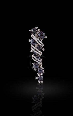 Photo pour Boucle d'oreille avec une liaison de cristaux et purple jadeites sous la forme d'étoiles - image libre de droit