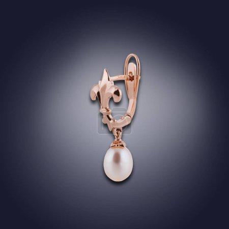 Photo pour Boucles d'oreilles or avec perles brillants pour les femmes - image libre de droit
