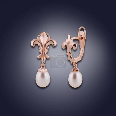 Photo pour Deux boucles d'oreilles or avec perles de différentes combinaisons pour les filles - image libre de droit
