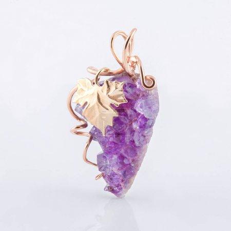 Photo pour Broche en or avec une grappe de raisin de jades pour un cadeau - image libre de droit