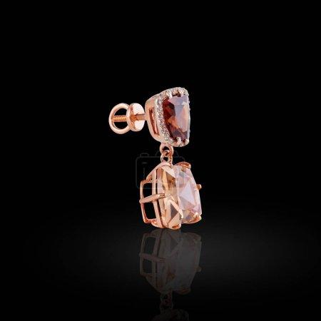 Photo pour Boucle d'oreille or avec émeraudes carrées et swarovski pierres le long des contours - image libre de droit
