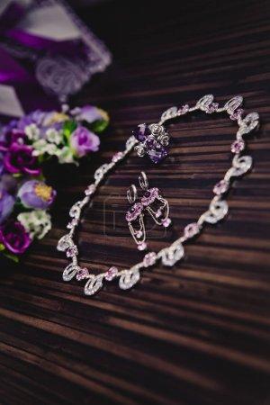 Photo pour Set de collier et boucles d'oreilles avec argenture et jade pose sur la table - image libre de droit