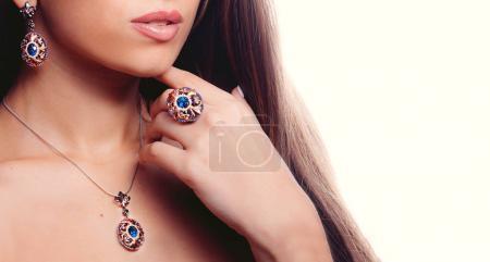 Photo pour Définir avec les boucles d'oreilles or, pendentif, chainlet et topaze bleue pour femme - image libre de droit