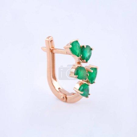 Photo pour Boucle d'oreille plaqué or et pierres vertes pour les femmes - image libre de droit