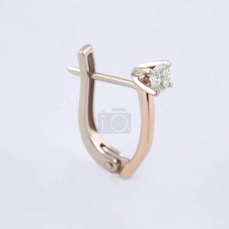 Photo pour Boucle d'oreille fine avec placage à l'or et une pierre de swarovski pour filles - image libre de droit