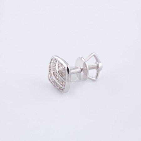 Photo pour Boucle d'oreille avec argenture et pierres de swarovski dans le milieu de la place - image libre de droit