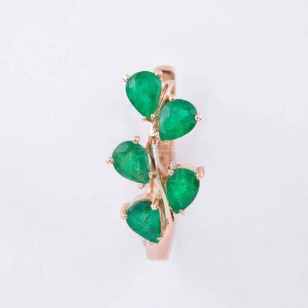 Photo pour Boucle d'oreille plaqué or et cristaux verts sous forme de gouttelettes pour femmes - image libre de droit